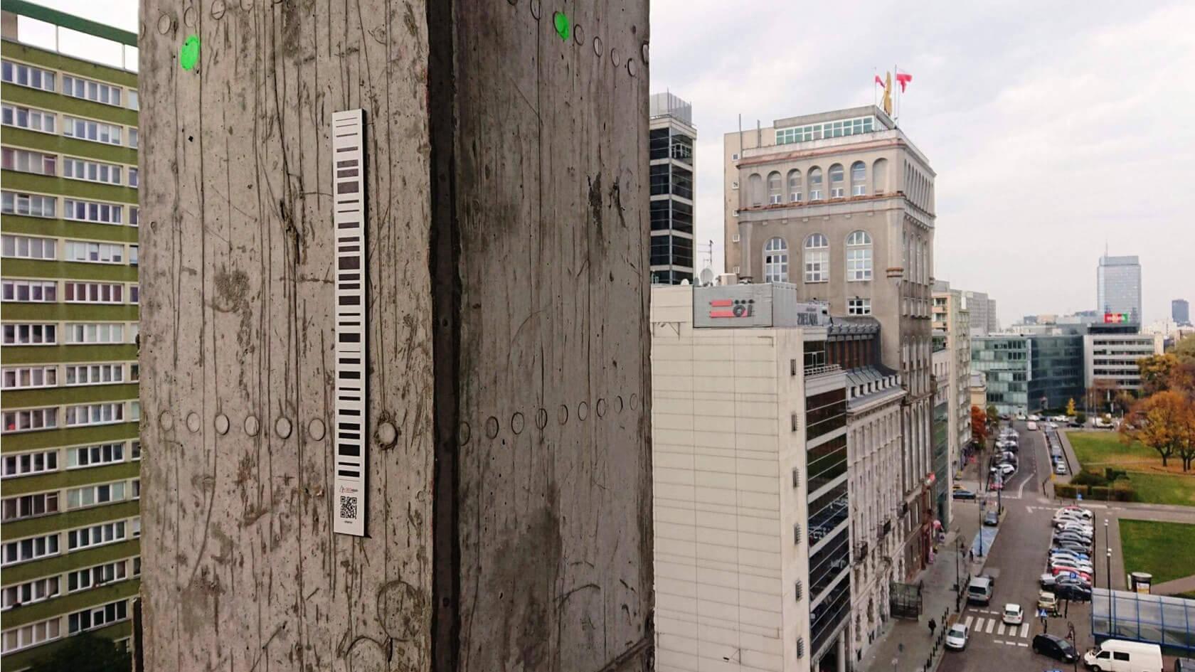 Central Point, monitoring automatyczny – widok na pryzmat pomiarowy oraz budynek Pasty