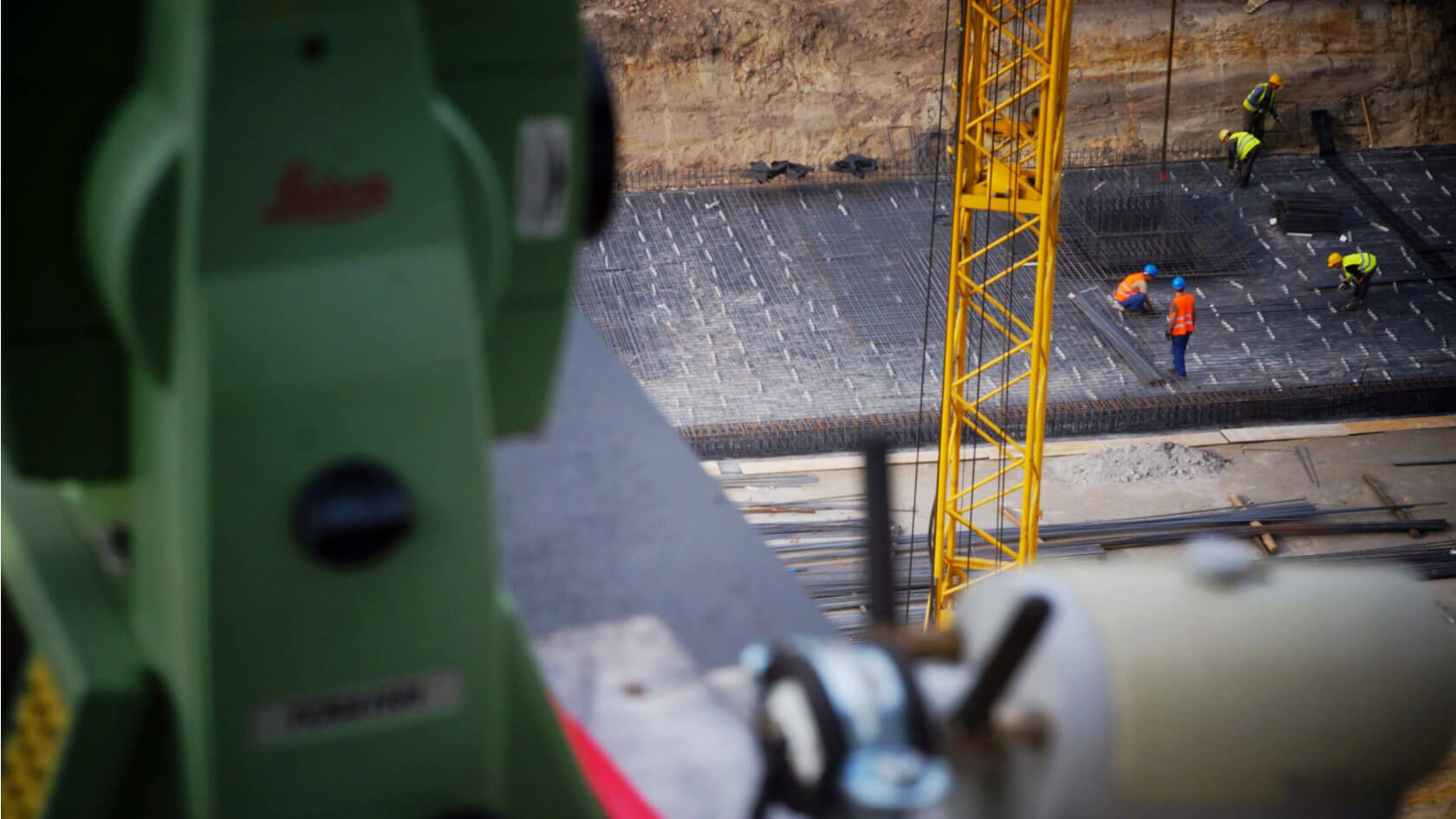 Łódź, ul. Niciarniana – widok na plac budowy z perspektywy tachimetru stanowiącego element automatycznego systemu monitoringu