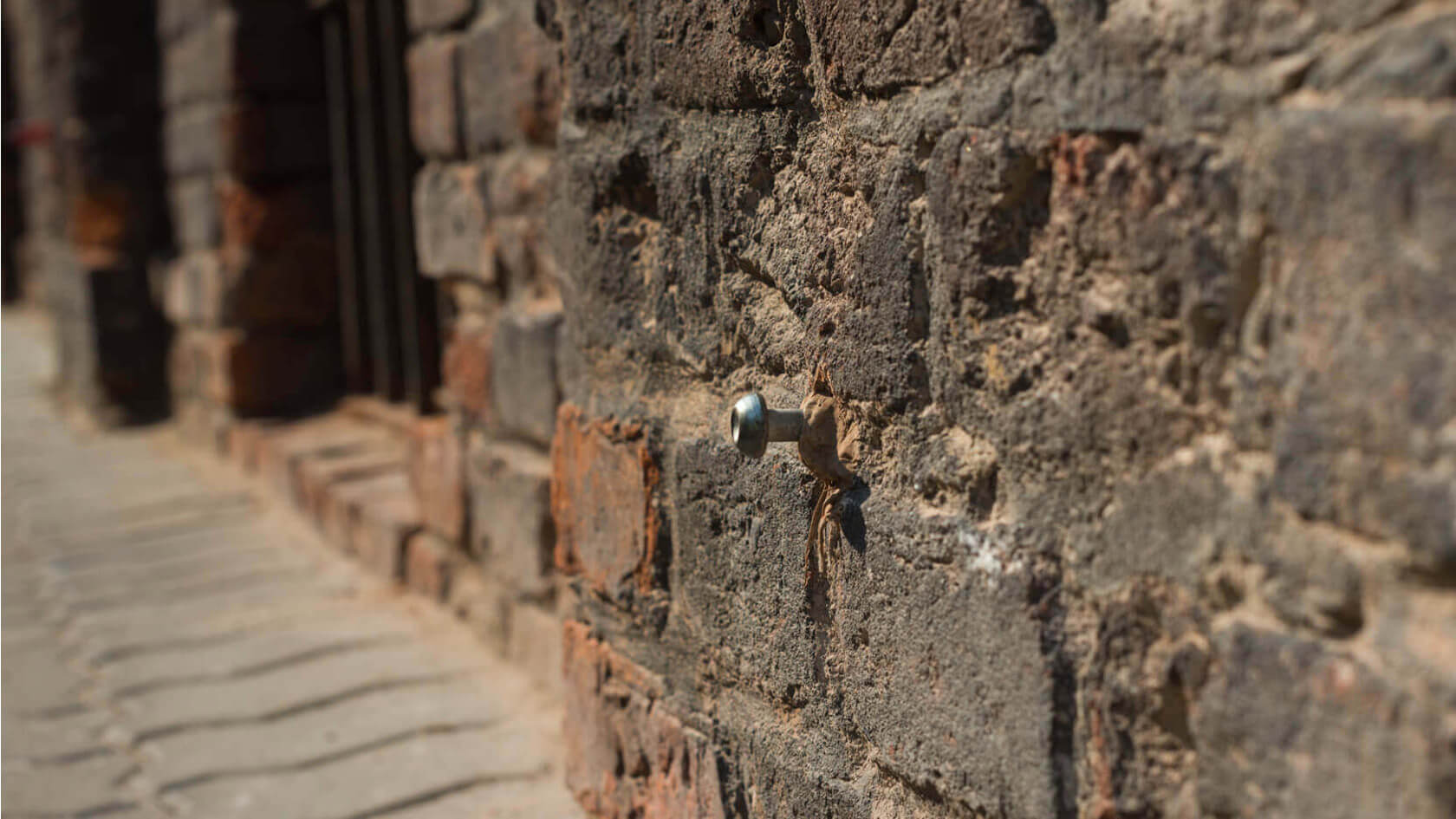 Mennica Residence – monitoring osiadań (niwelacja precyzyjna) reper w zabytkowym murze