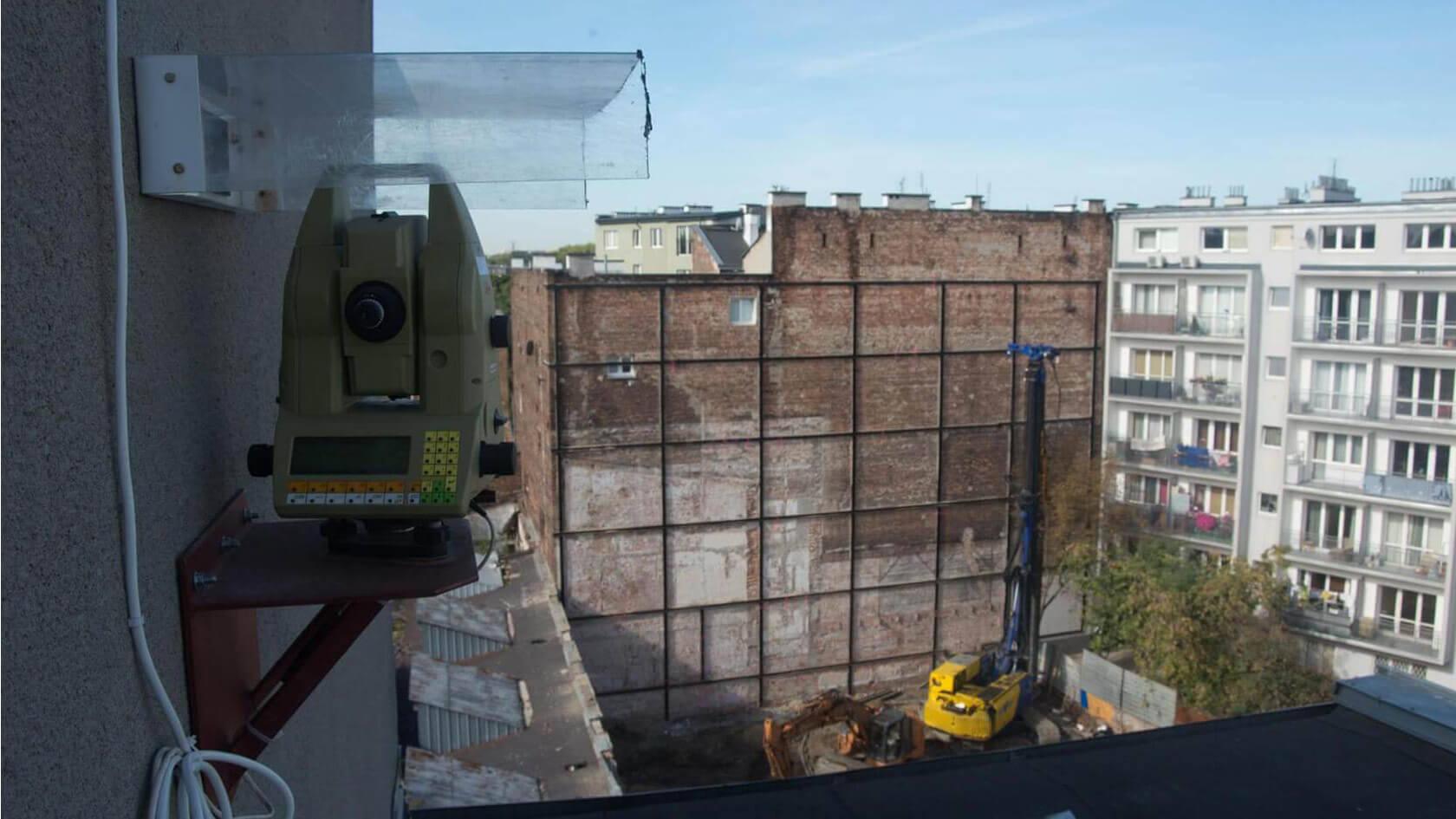 Praga Północ - Warwszawa, monitoring przedwojennej ściany szczytowej kamienicy przy pomocy tachimetru zmotoryzowanego – pomiar autmoatyczny